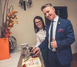 Prezes Zarządu Fundacji Aktywizacji i Dyrektorka Oddziału w Opolu kroją tort